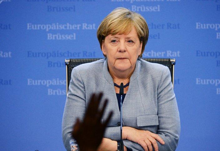 Разное: Стало известно, что Меркель шептала во время приступа дрожи (видео)