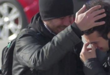 Чтобы удивить глухого парня, целый городок выучил язык жестов! (видео)