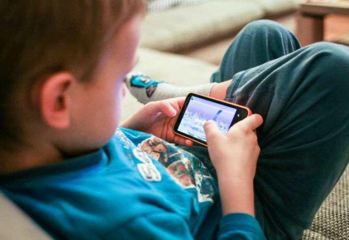 Статистика: Әлемде жыл сайын 5 миллион бала смартфонның кесірінен көз жұмады