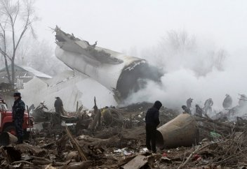 Грузовой Boeing 747 упал на поселок в Киргизии, погибли около 37 человек (Фото)