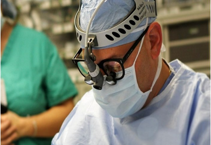 Пациент миына ота жасалып жатқан кезде дәрігерлермен сөйлескен