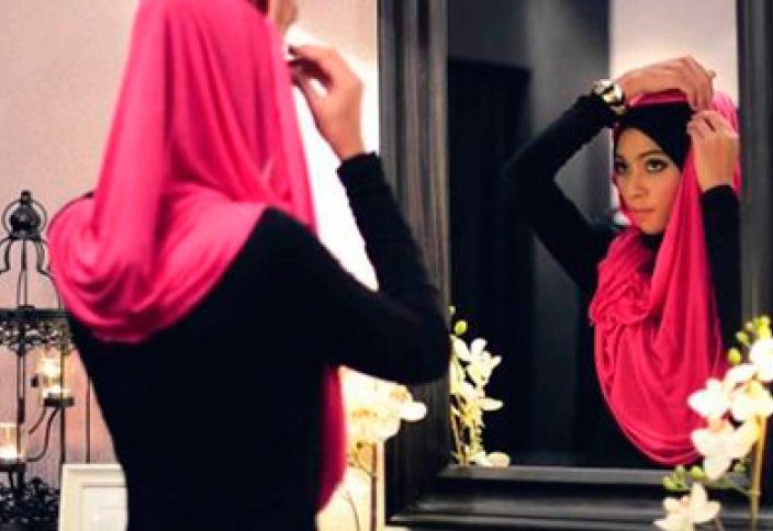 Является ли обязательным ношение женщинами платка и длинного платья? Есть люди, которые думают, что это является обычаем арабов и турков. Могли бы Вы разъяснить этот вопрос?