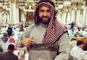 Селфи израильтянина в мечети Пророка взорвали соцсети (ФОТО)