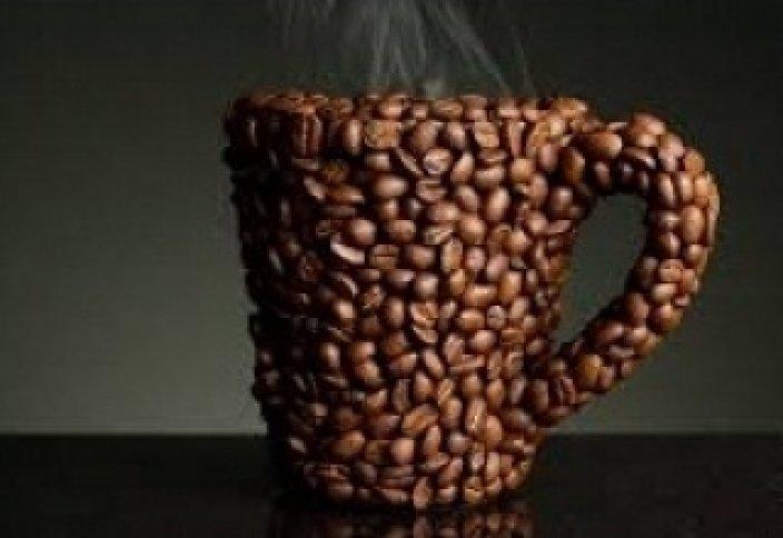 Тастың астына басылған садақа және қабырғадағы кофе
