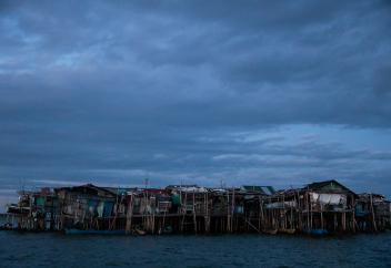 Маленькая филиппинская деревня уходит под воду. Почему ее жители отказываются уезжать? (фото)