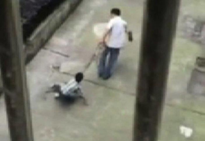 Қытайда баласын арқанмен сүйреген азамат көпшіліктің жағасын ұстатты (видео)