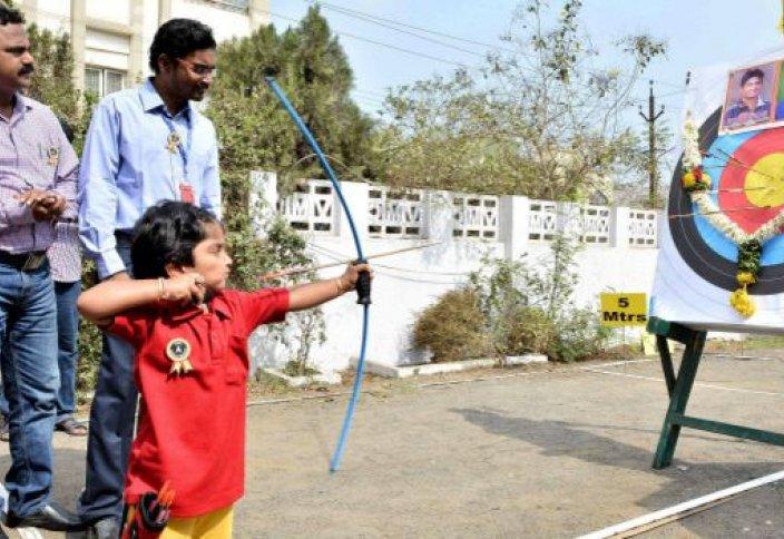 Әртүрлі: Үндістанда 2 жастағы садақшы қыз рекорд орнатты (видео)