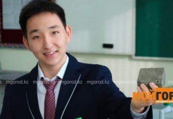 Кирпич из пластиковых отходов создал школьник из Атырау
