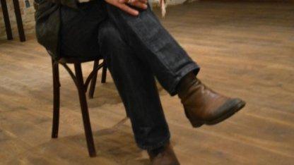 Разрешено ли мусульманину сидеть, закинув ногу на ногу?