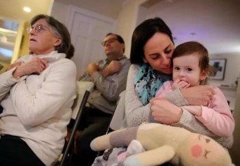 Жители округи выучили язык жестов ради маленькой глухой соседки