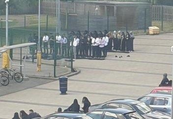 В соцсетях осудили школу, выгнавшую учеников совершать намаз на улице