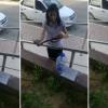 """Девушка из Актау """"упаковала"""" змею в бутылку (видео)"""