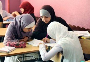 Школа определила, с какого возраста юным мусульманкам носить хиджаб и держать пост