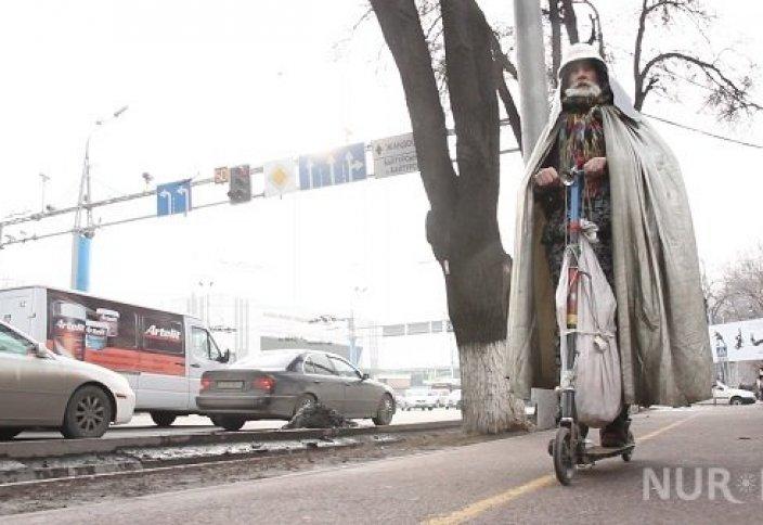 Алматылық суретші ерекше киініп, самокат тебеді (фото)