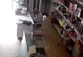 Мусульманин умер, читая Коран на рабочем месте (видео)