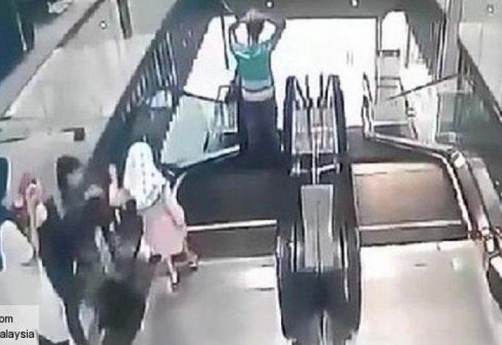Әртүрлі: Малайзияда етегі эскалаторға ілініп қалған бүлдіршін мерт болды (видео)