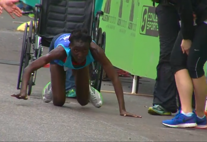 Мәреге еңбектеп жеткен марафоншы жанкүйерлерді таң қалдырды (видео)