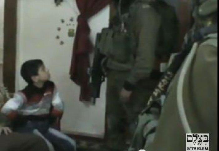 Израил сарбаздары түн жамылып, балаларды сұрақтың астына алуда (видео)