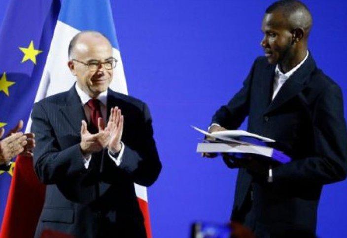 Лассана Батилиге Франция төлқұжаты табыс етілді