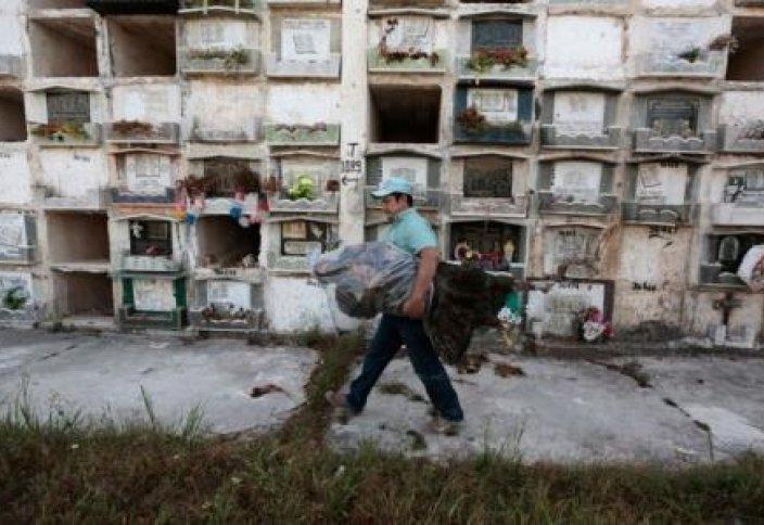 Ақысы төленбегені үшін қабірдегі мәйіттерді лақтыруда (фото)
