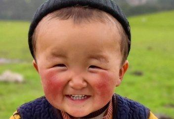 """""""Мальчик-солнышко"""" из Кыргызстана покорил Сеть своей улыбкой (фото)"""
