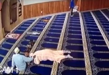 Визит психопата в мечеть привел к непредвиденным последствиям (ВИДЕО)