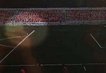 Разные: Удар молнии по вратарю на подмосковном стадионе попал на видео