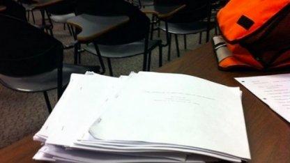Студента из США бесил сосед, занимавший вещами его стол. Но когда он узнал причину, ему стало стыдно