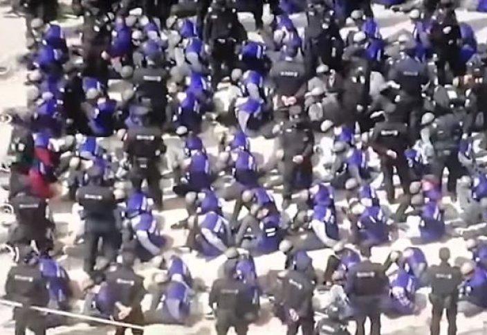 Қытайдағы ұйғырларға арналған концлагердегі жаға ұстатарлық көрініс (видео)