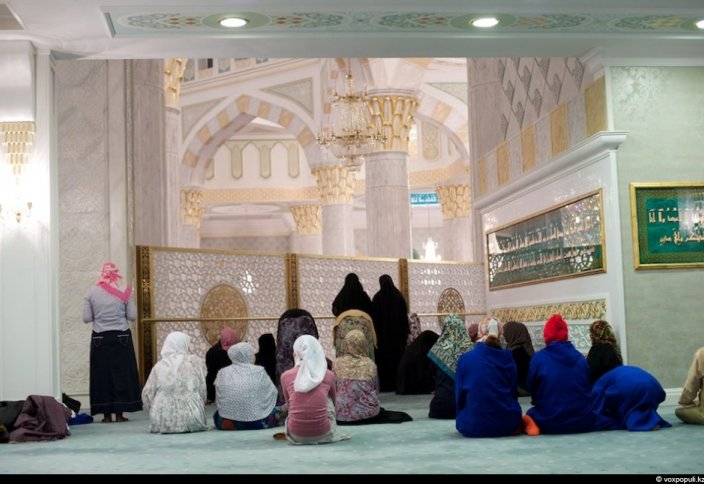 Является ли действительным намаз той женщины, которая присоединилась к имаму с опозданием?