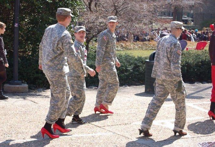 АҚШ әскерилері әйелдердің жанын түсіну үшін биік өкшемен сапта жүрді (фото)