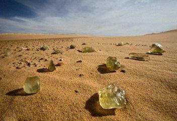Ученые раскрыли происхождение желтого стекла в пустыне Египта