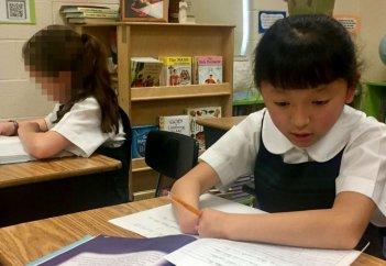 Как девочка без кистей рук выиграла конкурс на самый красивый почерк