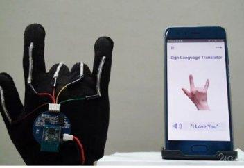 Разные: Сенсорная перчатка-переводчик с языка жестов на обыкновенный язык (видео)