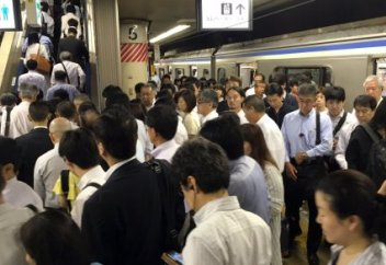 Японцы придумали необычный способ справиться с заторами в час пик