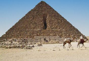 В 12 веке султан Аль-Азиз Усман пытался снести Великие пирамиды в Гизе