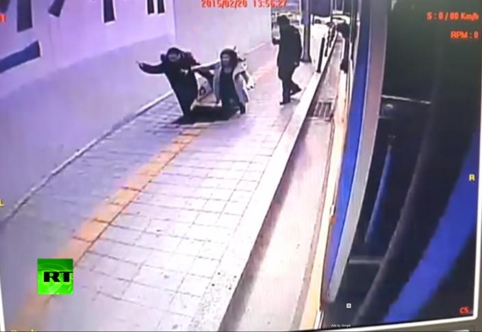 Оңтүстік Кореяда 2 адам жер астына түсіп кетті (видео)