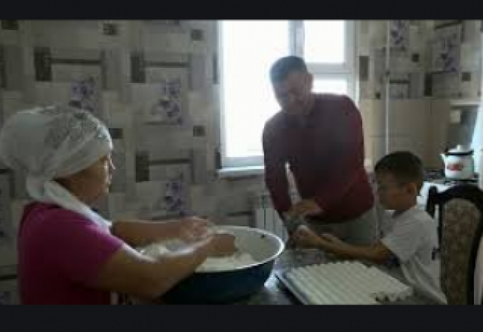 Батыс Қазақстанда бір жанұя құрт сатып тапқан табысына зәулім үй салып алды (ВИДЕО)