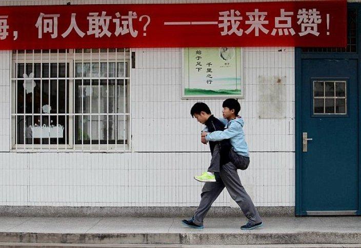 Қытайлық студент өзінің досын үш жыл бойы сабаққа арқалап әкеледі