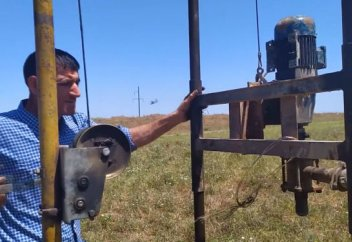 Азербайджанец благодаря своему изобретению обеспечивает сельчан чистой водой - видео