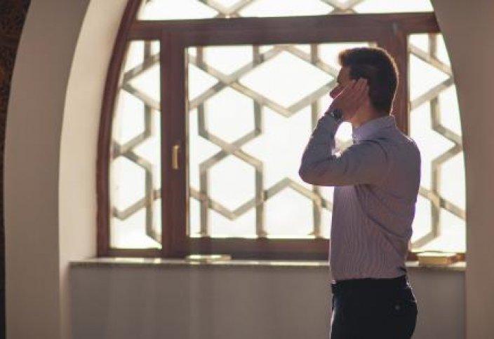 Намазда «Аллаһу әкбәр» сөзін «әкбәәр» деп созып айтса, намаз бұзыла ма? Қалай айтса бұзылады?