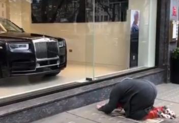 Лондон көшесіндегі адам кейпіндегі жан иесінің құлшылығы (видео)