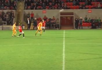 Футболист забил удивительный гол головой со своей половины поля (видео)