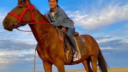 Девушка-пастух из Северного Казахстана в одиночку пасет многочисленное стадо лошадей