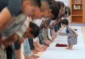 Почему приверженцы маликитского мазхаба совершают намаз с опущенными руками?