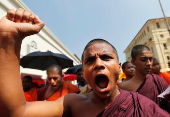 Буддисты взялись за оружие и громят мечети. За что они возненавидели мусульман?