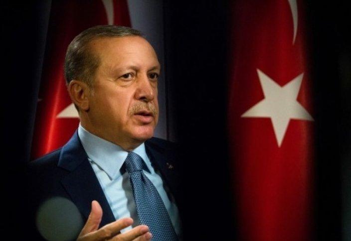 Эрдоган опоздал на намаз и читает его в коридоре!