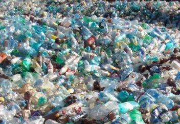 Ғалымдар пластик қалдығын жоятын фермент ойлап тапты