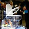 Билл Гейтс анонсировал работающий без воды унитаз. Для демонстрации он вынес на сцену образец фекалий