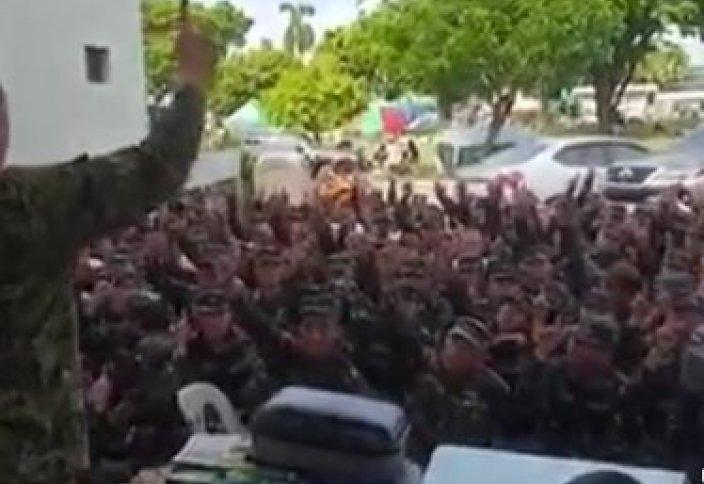 Тұтас бір әскери бөлімше бір мезетте исламды қабылдады (видео)